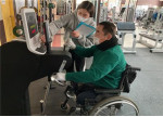 가천대학교 운동재활센터에서 담당 트레이너가 장애인을 대상으로 유니버설디자인을 적용한 실내 운동용품(암에르고미터)을 이용해 맞춤형 운동 프로그램을 제공하고 있다