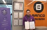 뱅코 강대구 대표가 전북 도지사 표창을 수상하고 기념 촬영을 하고 있다