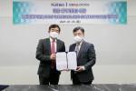 왼쪽부터 김선진 플랫바이오 대표와 송동호 지바이오로직스 대표가 업무 협약식 이후 기념 촬영을 하고 있다