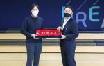 왼쪽부터 씨브이쓰리 양진호 대표와 신한카드 문동권 경영기획그룹장이 명패 증정식을 갖고 기념촬영을 하고 있다