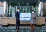 왼쪽부터 김종서 아톤 대표이사가 서울 삼동소년촌을 찾아 비대면 학습 지원을 위한 기부물품을 전달한 뒤 장정미 삼동소년촌 사무국장과 함께 기념 촬영을 하고 있다