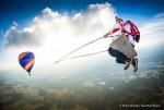 오스트리아의 사진 작가 필립 플라처가 더 메가스윙 프로젝트에 참여하는 레드불 스카이다이브 팀 동료 마르코 퓌르스트의 완벽한 인 에어 샷을 찍었다