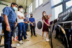 싱가포르 라이프스타일 스튜디오 '춘 츠바키'에서 진행된 삼성전자 '그랑데 AI'와 '퀵 드라이브' 세탁기 신제품 출시 행사에서 현지 기자들이 신제품의 새로운 기능과 디자인에 대해 설명 듣고 있다