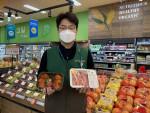 GS수퍼마켓에서 직원이 배달 인기 상품 삼겹살과 대왕연어초밥을 들고 있다