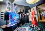 싱가포르의 대형 상업지구 메이플트리 비즈니스시티에 마련된 2021년 삼성전자 TV 신제품 행사장에서 현지 미디어와 거래선들이 Neo QLED 신제품을 체험하고 있다