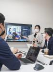 트루 이노베이션 랩에서 SK텔레콤 직원이 스타트업 관계자들과 회의를 하고 있다