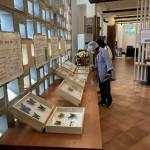 용인 예아리 박물관 특별전시회 '예를 잇다' 전시물을 관람객이 살펴보고 있다