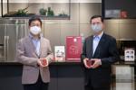 왼쪽부터 강계웅 LG하우시스 대표이사와 임영진 신한카드 사장이 제휴 조인식에서 기념 촬영을 하고 있다