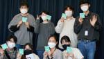 '굿바이 HPV' 캠페인 로고가 부착된 스티커를 들고 있는 임직원들