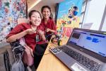 왼쪽부터 Microsoft Thailand가 후원하는 태국 파타야 레뎀프토르회 장애인 기술대학(Pattaya Redemptorist Technological College for People with Disabilities) 소속 지다파 니티위라쿤(Jidapa Nitiwirakun)과 파이린 챠카자(Pairin Chakaja)