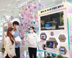 삼성 디지털프라자 삼성대치본점 '갤럭시 스튜디오'에서 소비자들이 스마트폰·태블릿·웨어러블 기기 등 다양한 갤럭시 기기와 쉽고 편리하게 연동되는 '갤럭시 북 프로' 시리즈의 혁신적인 연결성을 체험하고 있다