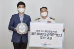 왼쪽부터 김석환 예스24 대표와 해군본부 정책실 이진구 대령이 서울 여의도 예스24 본사에서 진행된 '예스24-해군본부 감사패 증정식'에서 기념 촬영을 하고 있다