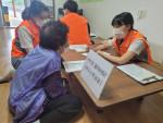 구례군장애인복지관 실무자들이 마을주민들에게 2021년 복지서비스를 설명하고 있다