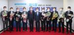 한국제지연합회 안재호 회장과 올해 수상자 9명이 수여식을 갖고 기념촬영을 하고 있다