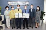 왼쪽부터 강인규 나주시장과 윤보현 국립나주병원장이 정신건강 증진 업무협약을 맺고 기념 촬영을 하고 있다