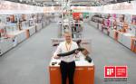 2021 iF 디자인 어워드에서 디자인 본상을 수상한 igus 버츄얼 부스. igus CEO 프랑크 블라제가 신제품 TRX 로봇 체인을 소개하고 있다