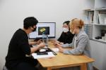 '청년 뉴딜로 프로젝트' 참여기업 소봉의 김봉근 대표와 디자이너 배효선, 지유리 씨가 공간 크리에이팅을 위한 협업 회의를 진행하고 있다