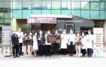 한국커피바리스타협회가 경찰병원 의료진에 커피차를 전달하고 기념 촬영을 하고 있다