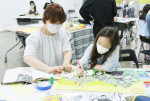 서울문화재단과 조아제약이 진행한 빼꼼 오리엔테이션에서 가족들이 주제에 맞춰 콜라주를 제작하고 있다
