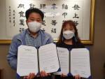왼쪽부터 장정국  성동구치과의사회장과 이선화 서울성동지역자활센터장이 협약 체결 후 기념 촬영을 하고 있다