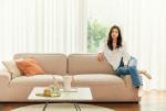 일룸 코펜하겐 소파에서 티타임을 가지며 휴식을 취하는 배우 김태리