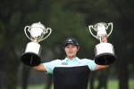 김성현 선수가 일본 PGA 챔피언십 우승 트로피를 들어올리고 있다
