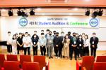 콩쿠르와 콘퍼런스에 대면 참석한 NATS 대한민국 챕터의 회원들이 기념 촬영을 하고 있다