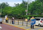 한국보건복지인력개발원 임직원들이 아동안전 교통캠페인을 실시하고 있다