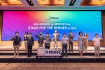 행사에 참가한 12개의 'Hero' 스타트업 및 관계자들이 기념 촬영을 하고 있다