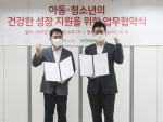 왼쪽부터 열매나눔재단 김추인 사무총장과 안준형 오아시스마켓 사장이 업무협약식에서 기념 촬영을 하고 있다