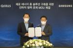 왼쪽부터 김희철 한화큐셀 사장과 이재승 삼성전자 생활가전사업부장이 체결식에서 기념 촬영을 하고 있다