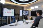 SK텔레콤 정영배 역량혁신팀장이 온라인 설명회을 통해 100여 명의 대학교 교수진에 'SKT AI 커리큘럼'을 소개하고 있다