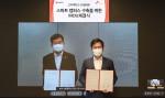 왼쪽부터 고려대학교 정진택 총장과 SKT 박정호 대표이사가 협약식에서 기념 촬영을 하고 있다