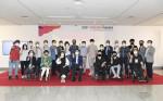 참가자들이 2021 장애인창작 아트페어 청주전시회에서 기념 촬영을 하고 있다