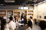 오영림 교수가 용인예술과학대 학생들과 수업 도중 환하게 웃고 있다