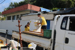 복지관 직원들이이 대상자 거주지 이사를 위해 이삿짐을 옮기고 있다