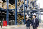 방문규 수출입은행장(오른쪽)이 미래 혁신성장동력인 수소에너지 분야 지원을 위해 26일 오후 충남 서산시에 소재한 대산그린에너지를 방문했다. 왼쪽은 김영욱 대산그린에너지 대표이사