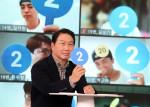 최태원 SK그룹 회장이 경기도 이천 SKMS연구소에서 열린 '이천포럼 2021' 퀴즈 이벤트에서 구성원들과 퀴즈를 풀고 있다