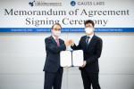 왼쪽부터 이정우 서울대학교 뉴미디어통신공동연구소장, 김영한 가우스랩스 대표이사가 업무 협약을 맺고 기념촬영을 하고 있다