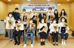 서울시립 도봉노인종합복지관 프로그램에 참여한 참여자와 직원들이 수료 후 기념촬영을 하고 있다
