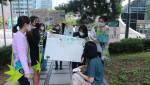 청소년 기후위기 대응 거리 캠페인을 통해 주민과 소통하고 있는 청소년들