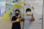 해피피플과 현대오토에버가 전달한 안전우산을 받은 아이들