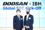 왼쪽부터 원성식 한국IBM 대표이사 사장과 오명환 두산그룹 디지털 총괄 겸 두산 디지털 이노베이션 COO(부사장)이 전략적 파트너십을 체결하고 기념 촬영을 하고 있다
