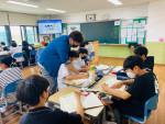 2021년도 1학기 우수사례 공모전 교사 부문 최우수상을 수상한 이서중학교 김낙현 교사가 학생들과 함께 '디유 스쿨'을 교육하고 있다