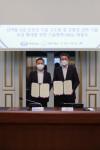 왼쪽부터 한국선급 김대헌 연구개발본부장과 한화디펜스 곽종우 국내 사업본부장이 체결식에서 기념 촬영을 하고 있다