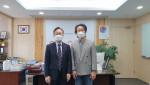 왼쪽부터 유성훈 금천구청장과 정윤철 감독이 위촉 기념식에서 기념 촬영을 하고 있다