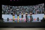 오른쪽 끝에서 개막 선언을 하고 있는 임호영 총재와 단원들