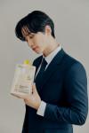 페이퍼백이 대표 제품의 모델로 가수 겸 배우 2PM 준호를 발탁했다