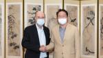 왼쪽부터 플러그파워 앤드류 J. 마시 CEO와 최태원 SK그룹 회장이 수소 생태계 구축 등 협력 방안을 논의한 뒤 악수를 나누고 있다