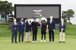 왼쪽부터 잭 니클라우스 골프클럽 코리아 김종안 대표, KPGA 구자철 회장, 제네시스 브랜드 장재훈 사장, 이재경 선수, 김호석 캐디, PGA Christian Hardy 수석 부사장, European Tour Keith Pelley CEO가 2021 제네시스 챔피언십 시상식에서 기념 촬영을 하고 있다